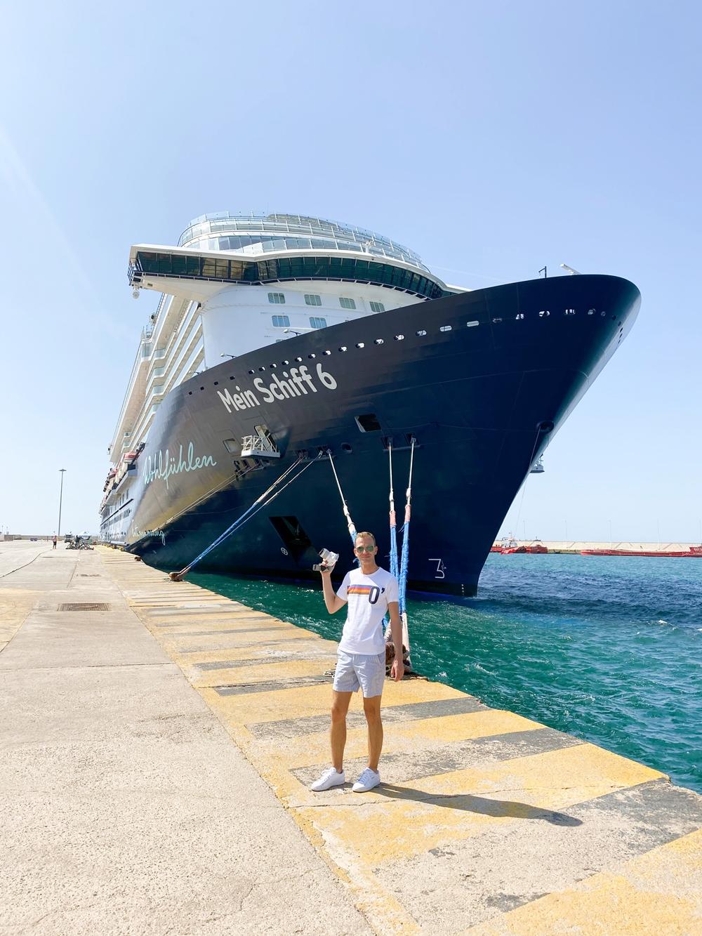 Martin Melzer Kreuzfahrtblogger vor Mein Schiff 6 in Athen