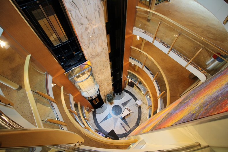 Atrium der MS Midnatsol