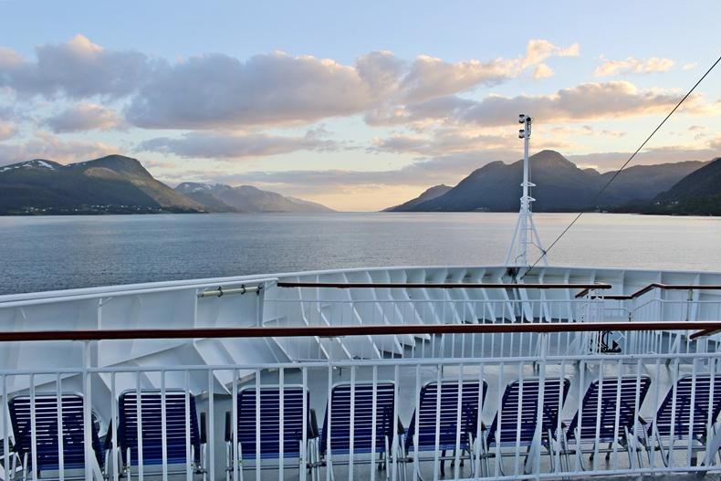 MS Finnmarken von Hurtigruten im Moldefjord