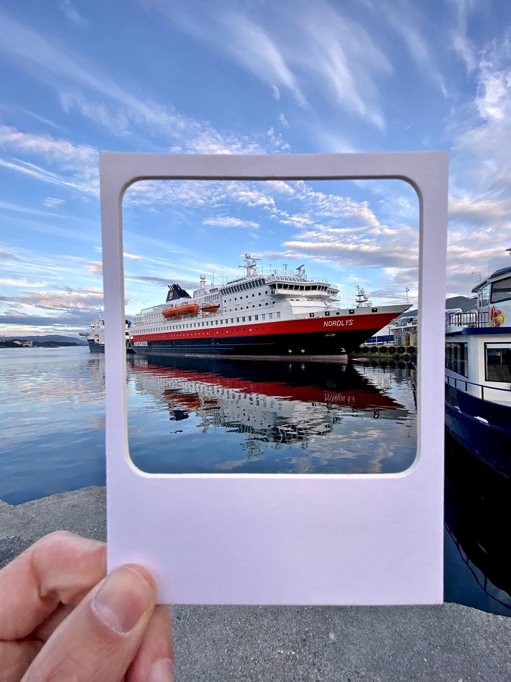 Tolles Fotomotiv: Spiegelung des Hurtigruten´s Schiff MS Nordlys
