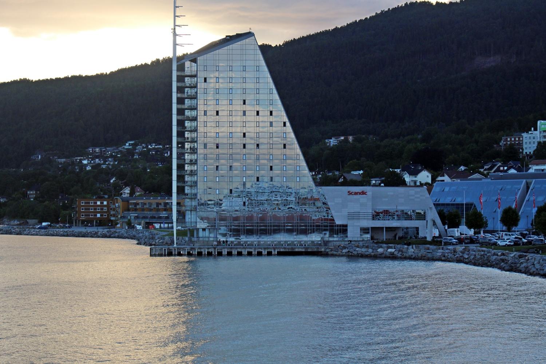 MS Finnmarken spiegelt sich im Scandic Hotel Molde