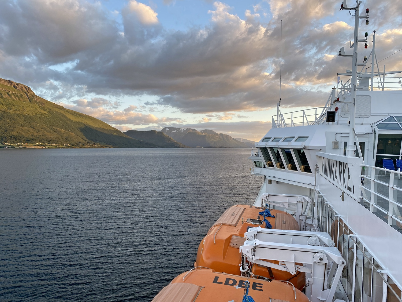 MS Finnmarken fährt durch die verträumte Landschaft Norwegen´s